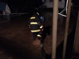 Intenso trabajo nocturno de bomberos