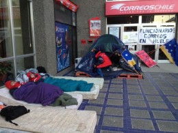 Trabajadores de Correos en huelga de hambre duermen en la calle